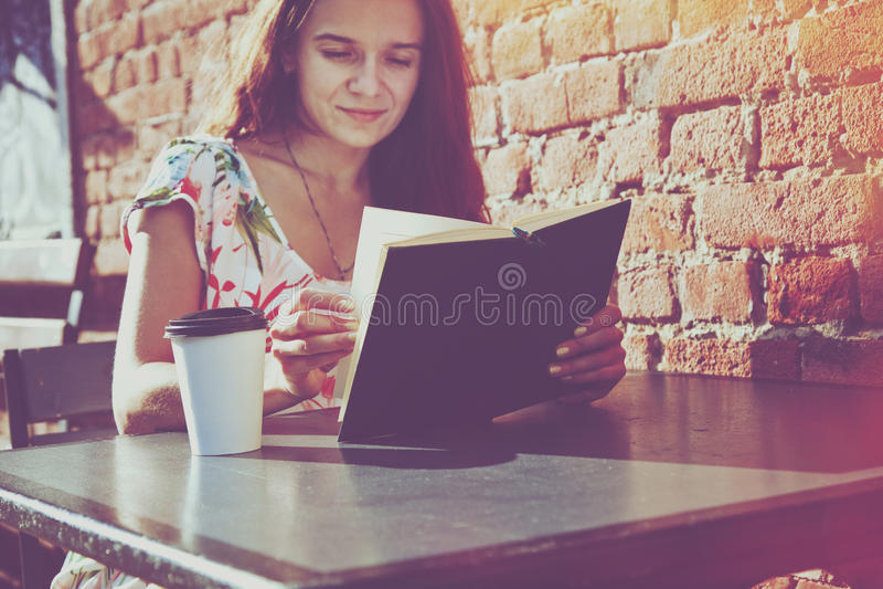 Ragazza con il libro di lettura del caffè fotografie stock libere da diritti