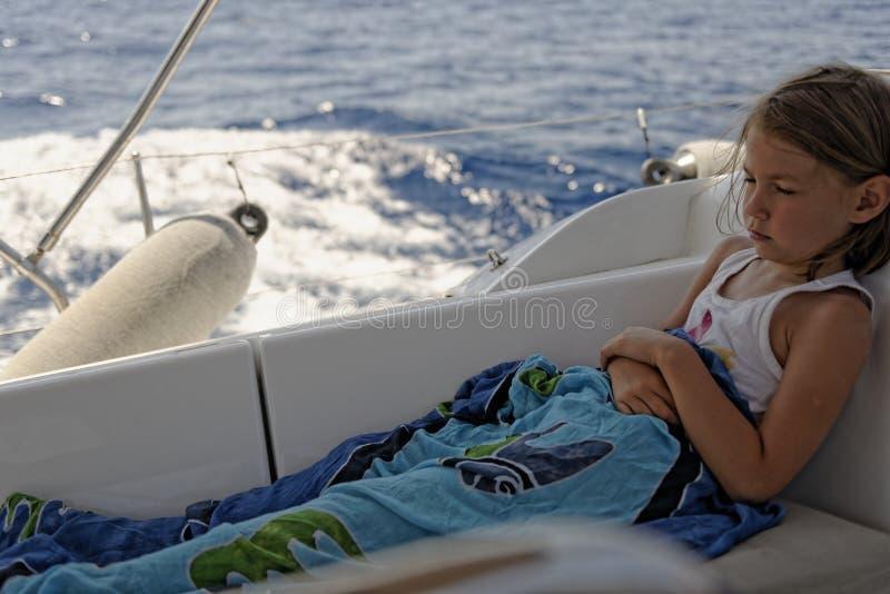 Ragazza con il mal di mare sulla barca a vela fotografie stock libere da diritti