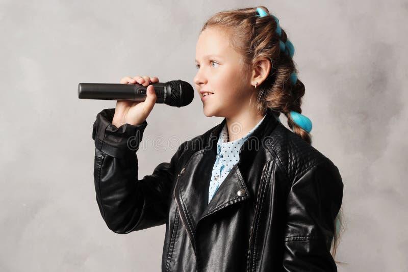 Ragazza con il microfono fotografie stock libere da diritti