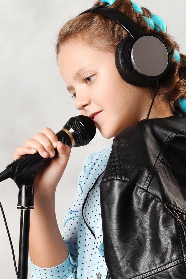 Ragazza con il microfono immagini stock libere da diritti