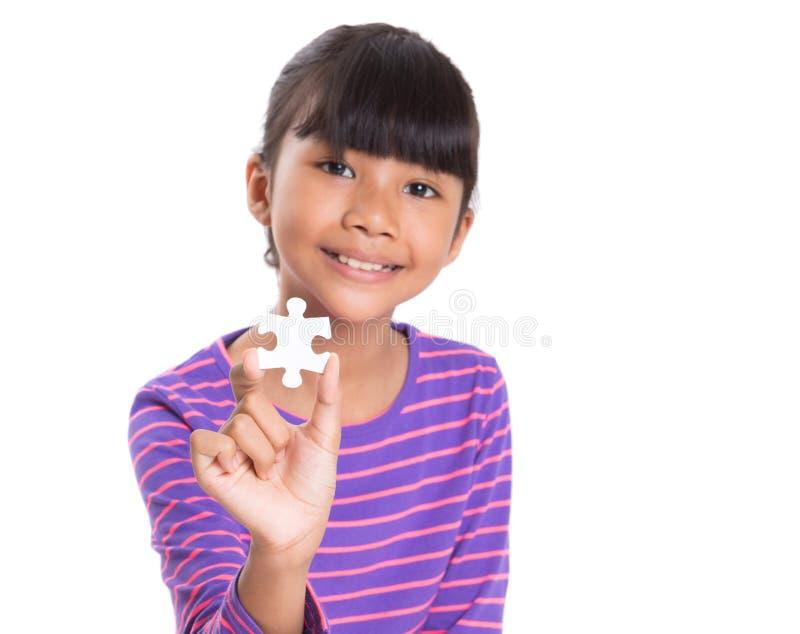 Ragazza con il pezzo I del puzzle fotografie stock