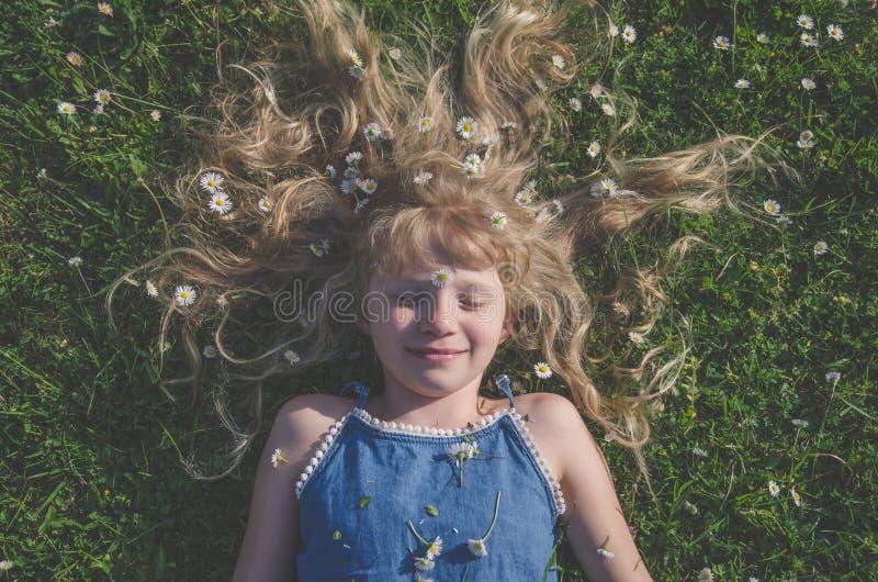 Ragazza con il ritratto lungo dei capelli biondi fotografie stock libere da diritti