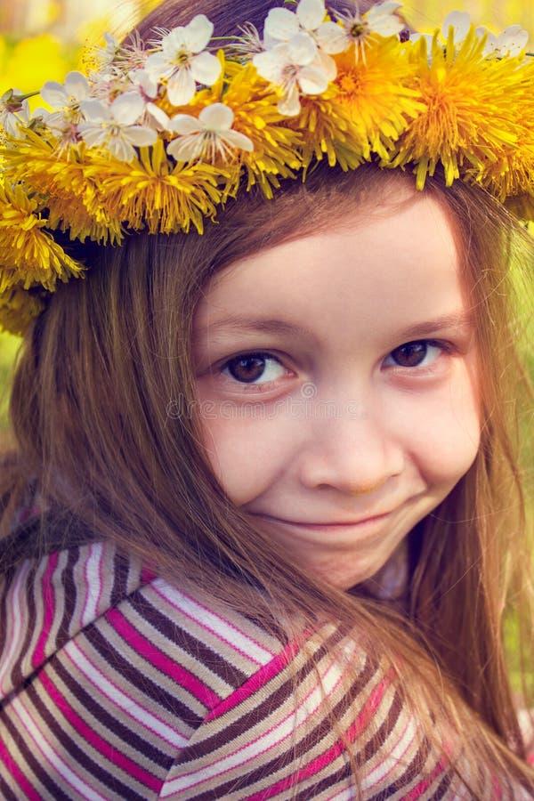 Ragazza con il sopporto per anima sulla testa nel giardino immagini stock libere da diritti