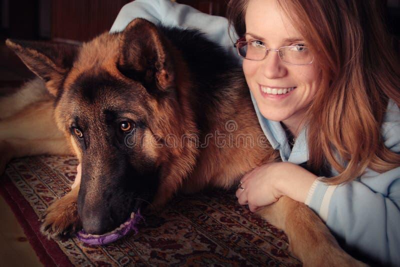 Ragazza con il suo cane immagine stock libera da diritti