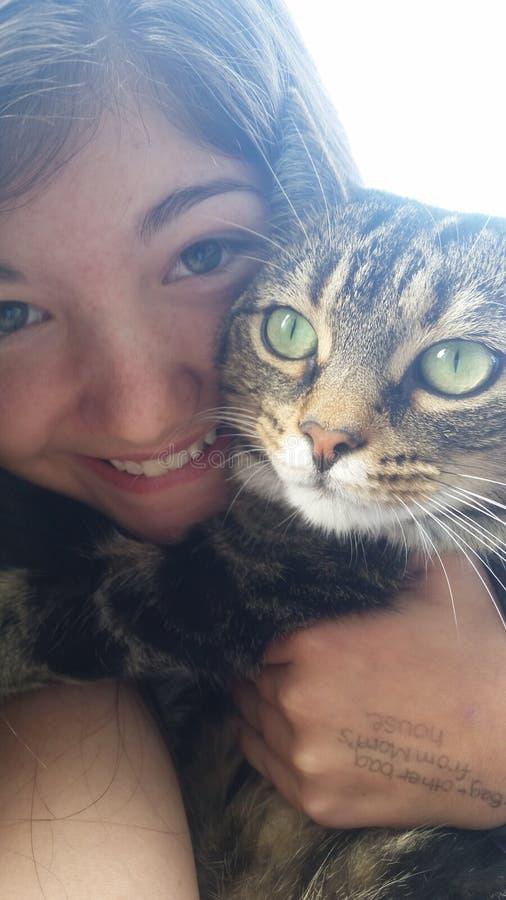 Ragazza con il suo gatto fotografie stock libere da diritti