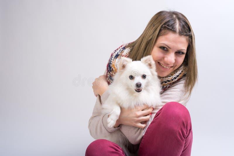 Ragazza con il suo piccolo cane fotografie stock libere da diritti