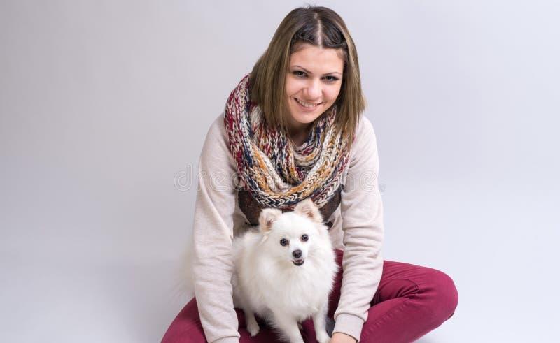 Ragazza con il suo piccolo cane fotografie stock