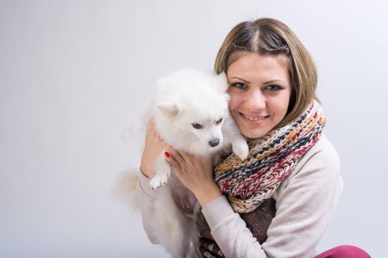 Ragazza con il suo piccolo cane fotografia stock libera da diritti
