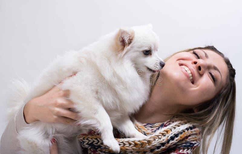Ragazza con il suo piccolo cane immagini stock