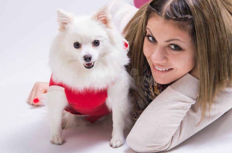 Ragazza con il suo piccolo cane immagine stock libera da diritti