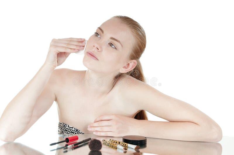 Ragazza con il tampone di cotone che pulisce il suo fronte. fotografia stock libera da diritti