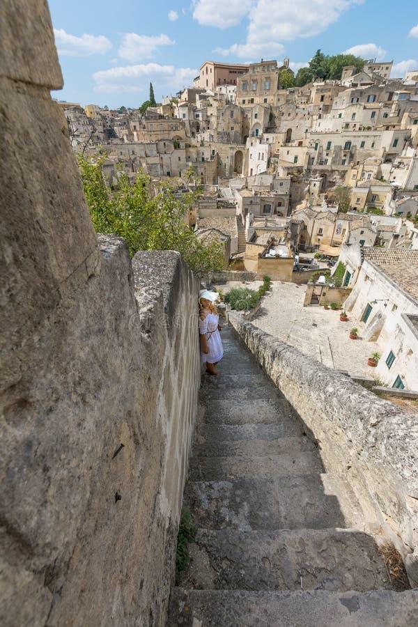 Ragazza con il vestito bianco sulla scala, Matera, Basilicata, Italia fotografie stock libere da diritti