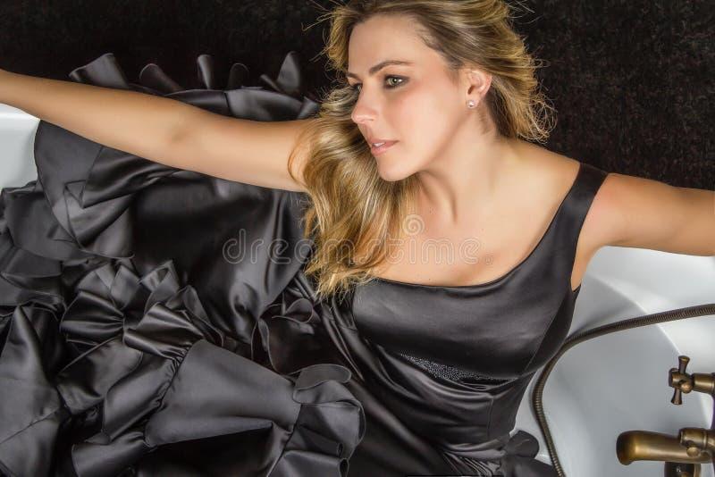 Ragazza con il vestito spagnolo da flamenco in una vasca fotografia stock immagine di elegante - Bagno in spagnolo ...
