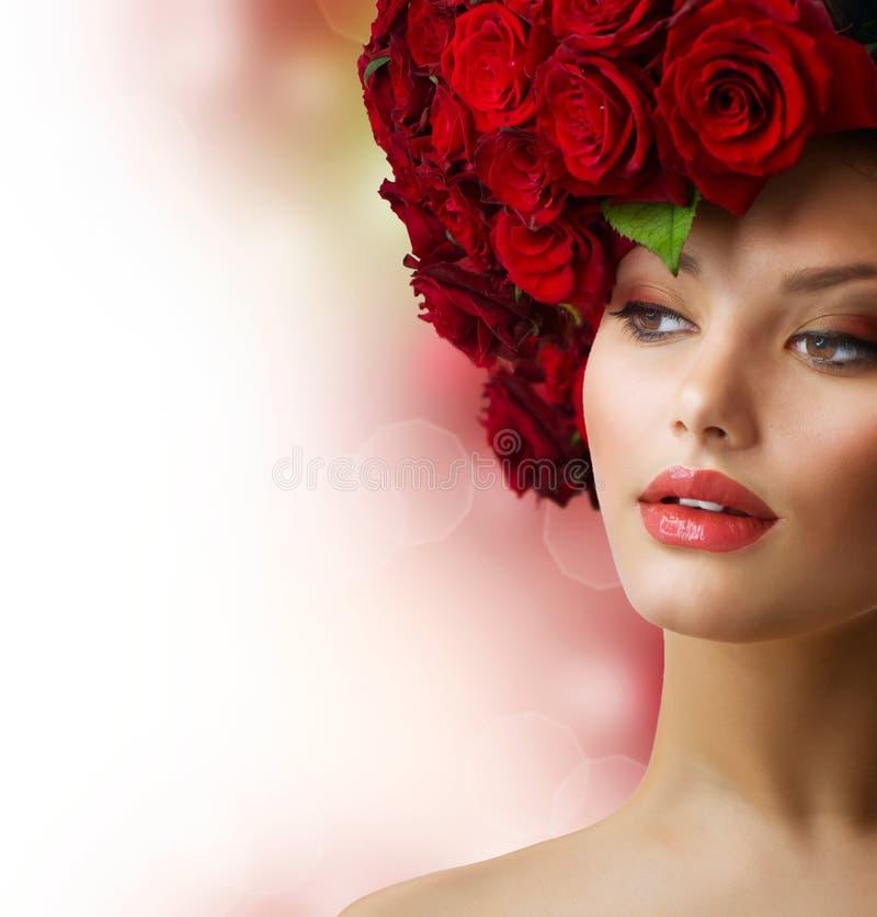 Ragazza con l'acconciatura rossa delle rose immagini stock