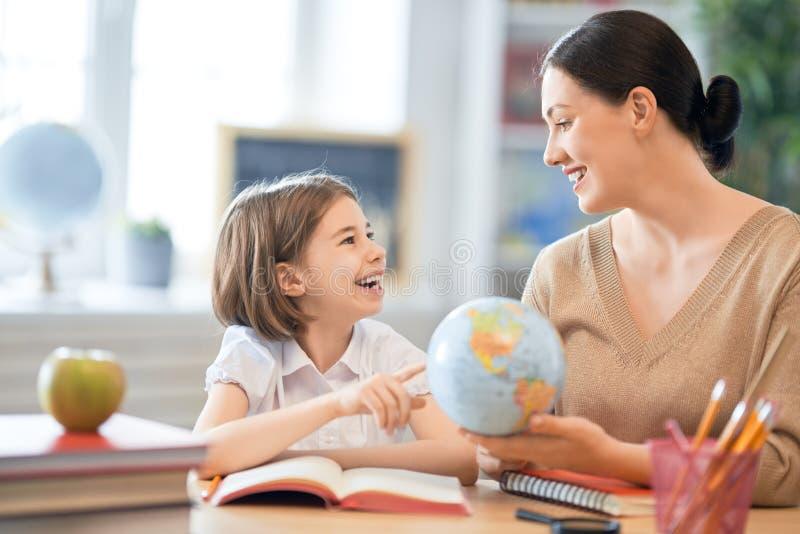 Ragazza con l'insegnante in aula fotografia stock