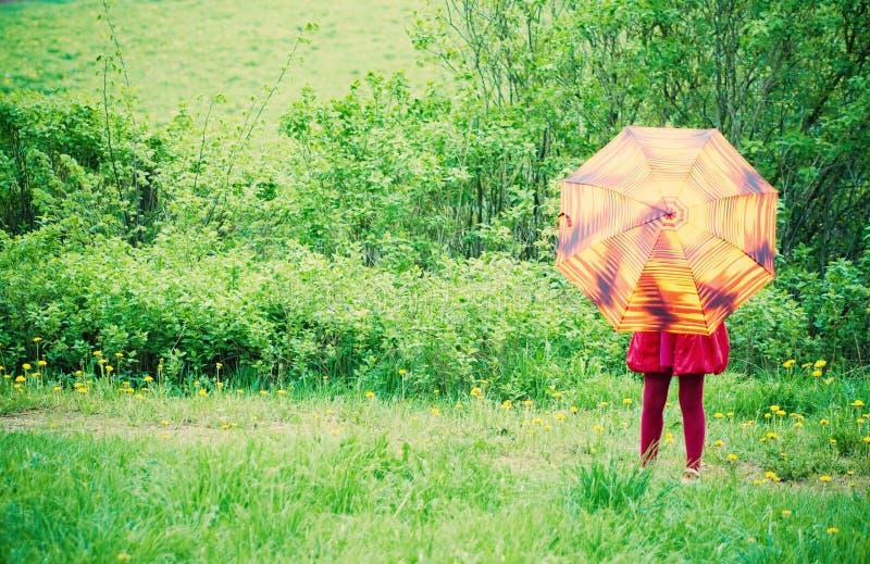 Ragazza con l'ombrello all'aperto immagine stock