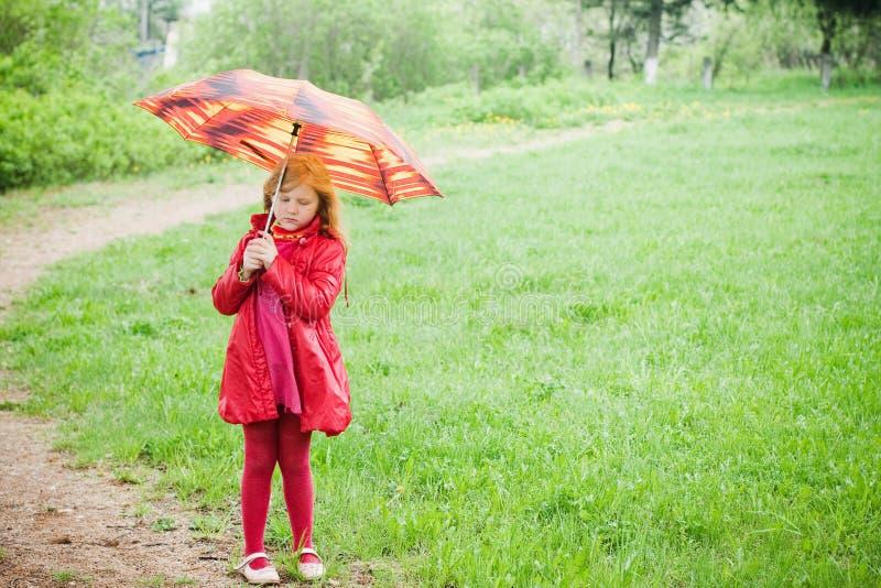 Ragazza con l'ombrello all'aperto fotografie stock