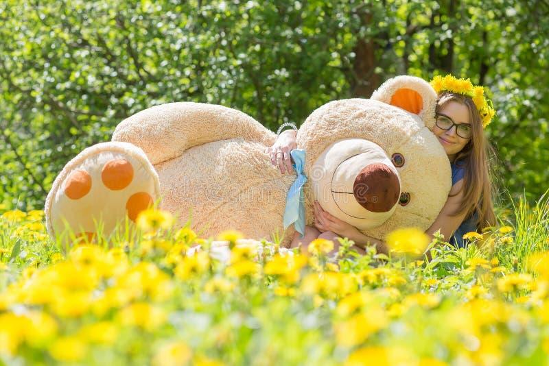 Ragazza con l'orso di orsacchiotto fotografie stock libere da diritti