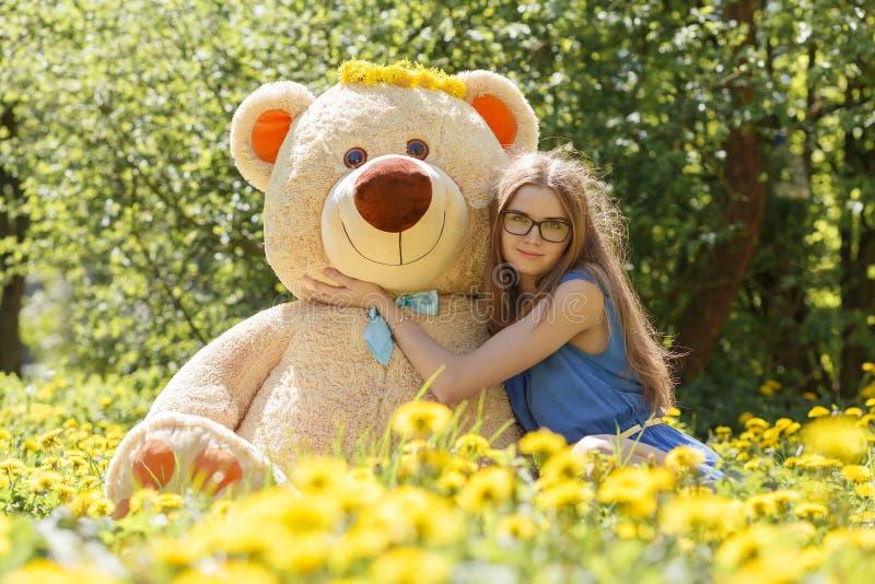Ragazza con l'orso di orsacchiotto immagini stock libere da diritti
