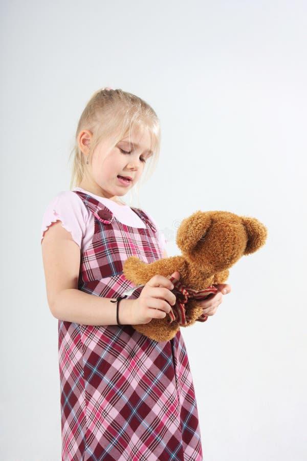 Ragazza con l'orso di orsacchiotto fotografia stock