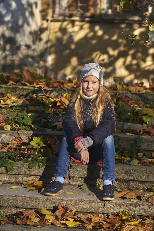 Ragazza con l'umore di autunno fotografia stock libera da diritti