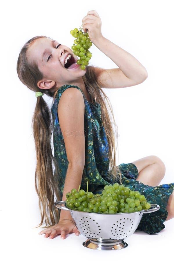 Ragazza con l'uva fotografia stock