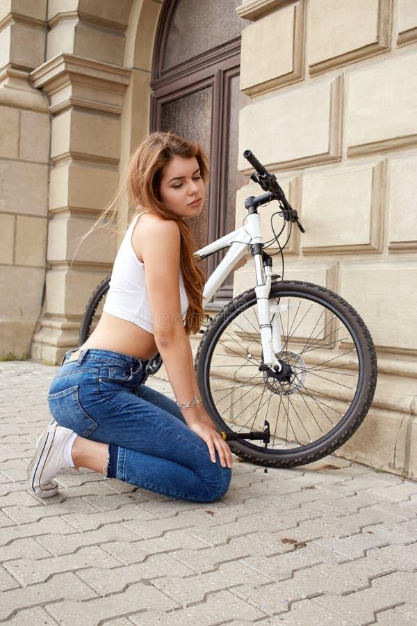 Download Ragazza con la bicicletta fotografia stock. Immagine di nave - 56885430
