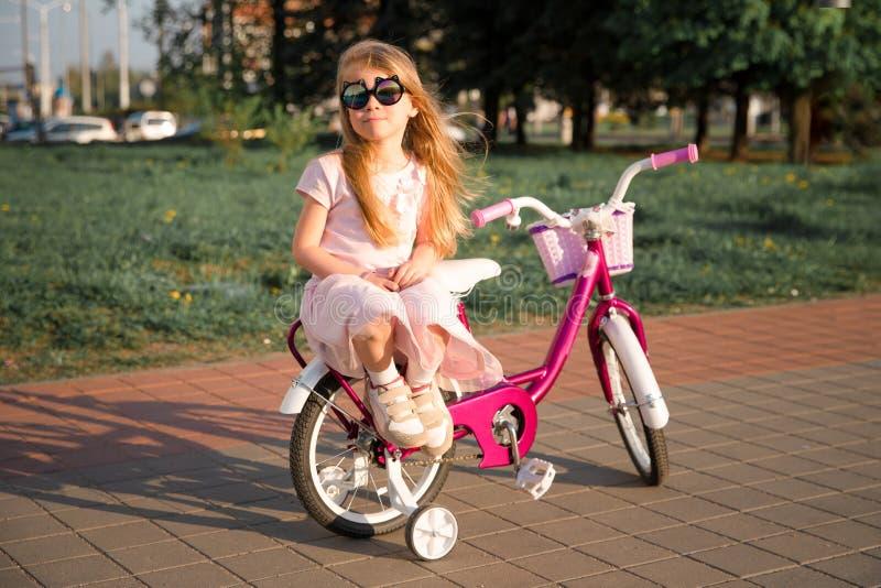Ragazza con la bicicletta fotografie stock