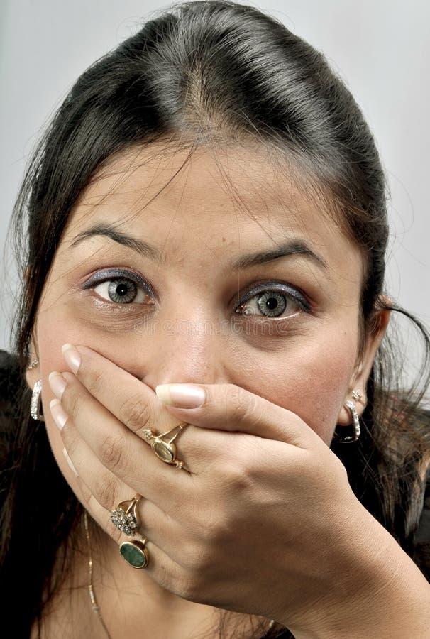 Ragazza con la bocca coperta fotografia stock