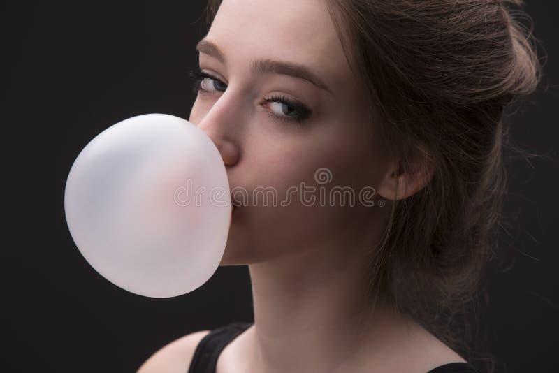 Ragazza con la bolla rosa di gomma da masticare fotografia stock libera da diritti