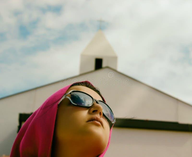 Ragazza con la chiesa nel fondo fotografie stock libere da diritti