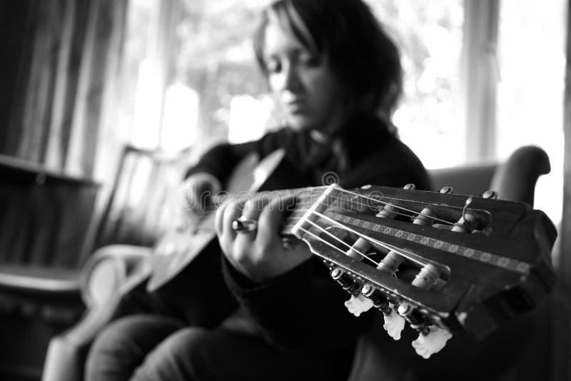 Ragazza con la chitarra fotografia stock libera da diritti