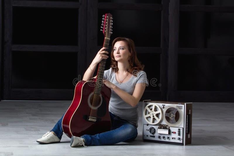 Ragazza con la chitarra e nastro adesivo immagini stock libere da diritti