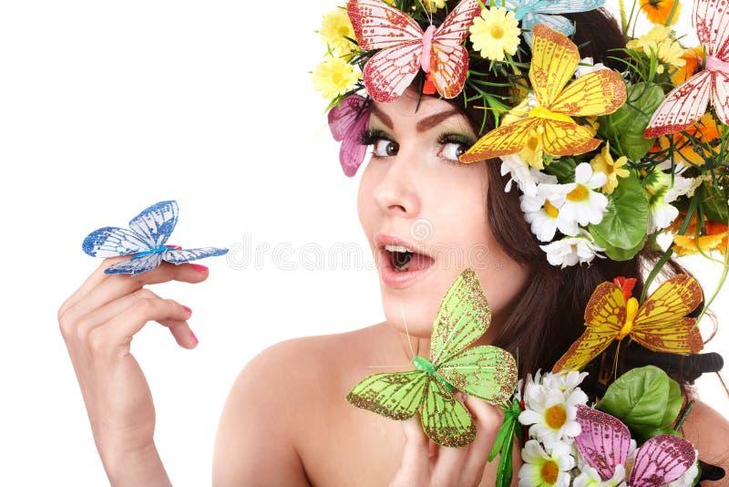 Ragazza con la farfalla ed il fiore sulla testa. immagine stock