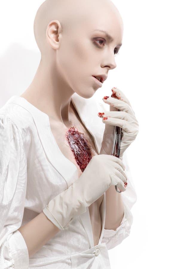 Ragazza con la ferita sanguinosa sul petto fotografie stock