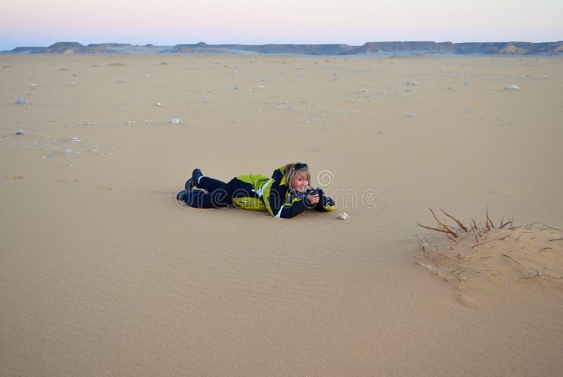 Ragazza con la macchina fotografica della foto in deserto del Sahara Egypt fotografie stock