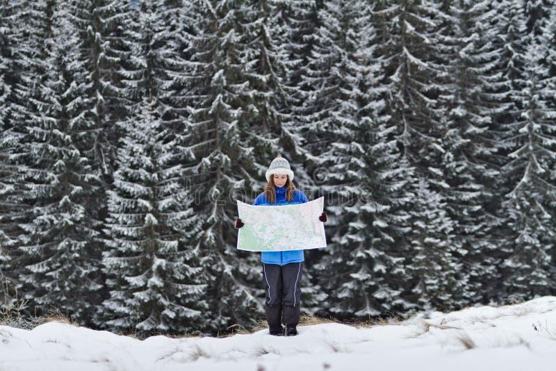Ragazza con la mappa alle montagne fotografie stock