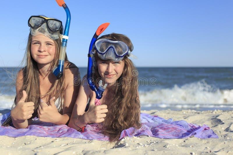 Ragazza con la maschera e presa d'aria per immersione con bombole fotografie stock libere da diritti