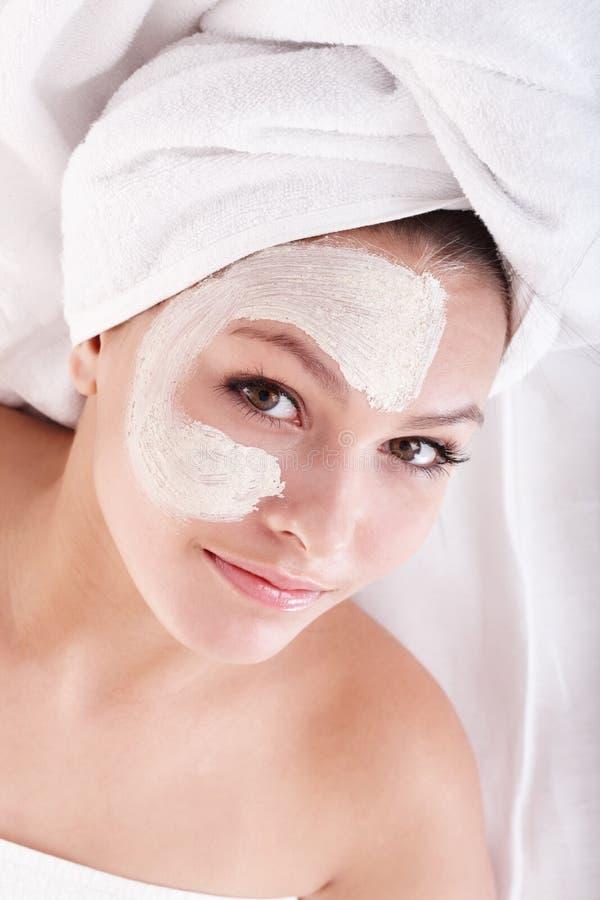 Ragazza con la mascherina del facial dell'argilla. fotografia stock libera da diritti