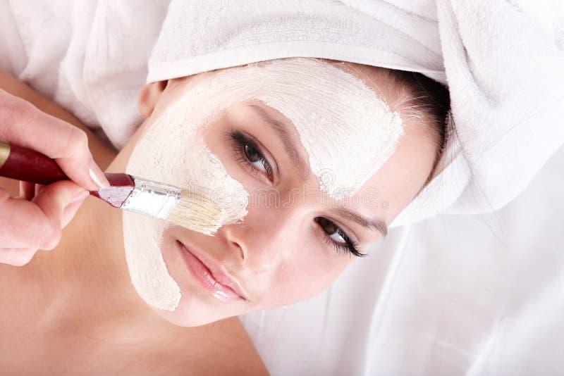 Ragazza con la mascherina del facial dell'argilla. immagini stock