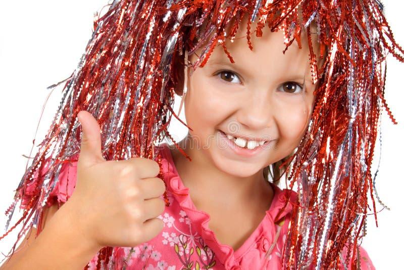Ragazza con la parrucca di carnevale che mostra pollice in su immagini stock