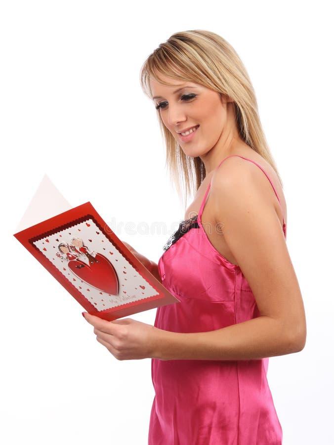 Ragazza con la scheda dei biglietti di S. Valentino immagine stock libera da diritti