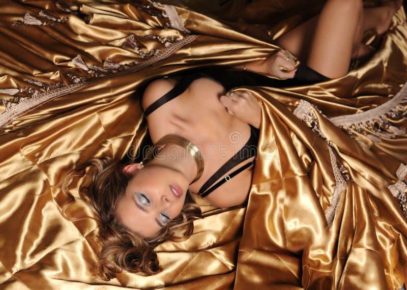 Ragazza con la seta dell'oro fotografia stock libera da diritti