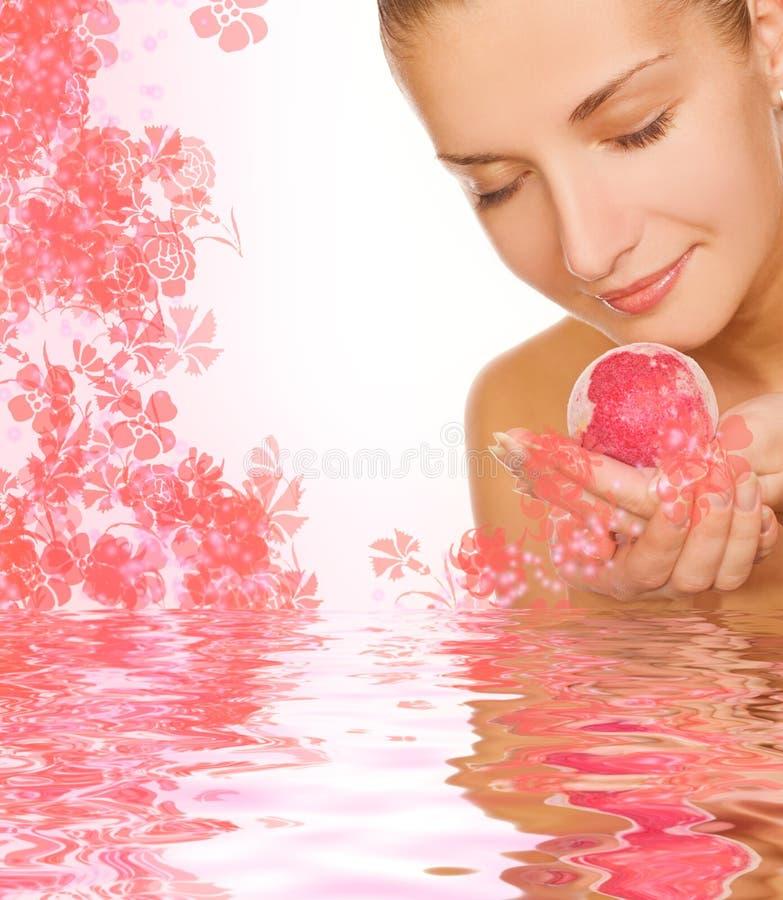 Ragazza con la sfera del bagno dell'aroma fotografie stock libere da diritti