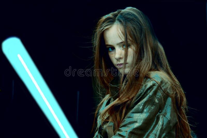 Ragazza con la spada del laser immagine stock libera da diritti