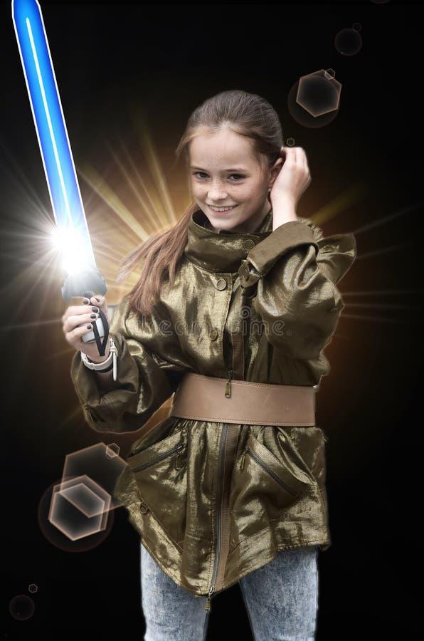 Ragazza con la spada del laser immagini stock