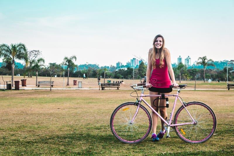 Ragazza con la sua bici al parco di Villa-Lobos in San Paulo Sao Paulo, immagini stock libere da diritti