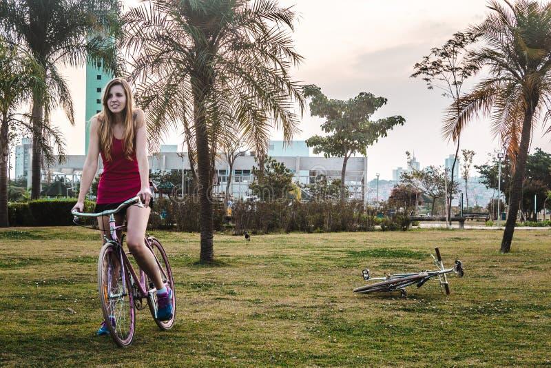 Ragazza con la sua bici al parco di Villa-Lobos in San Paulo Sao Paulo, immagine stock libera da diritti