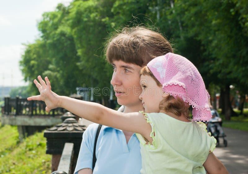 Ragazza con la sua madre fotografia stock