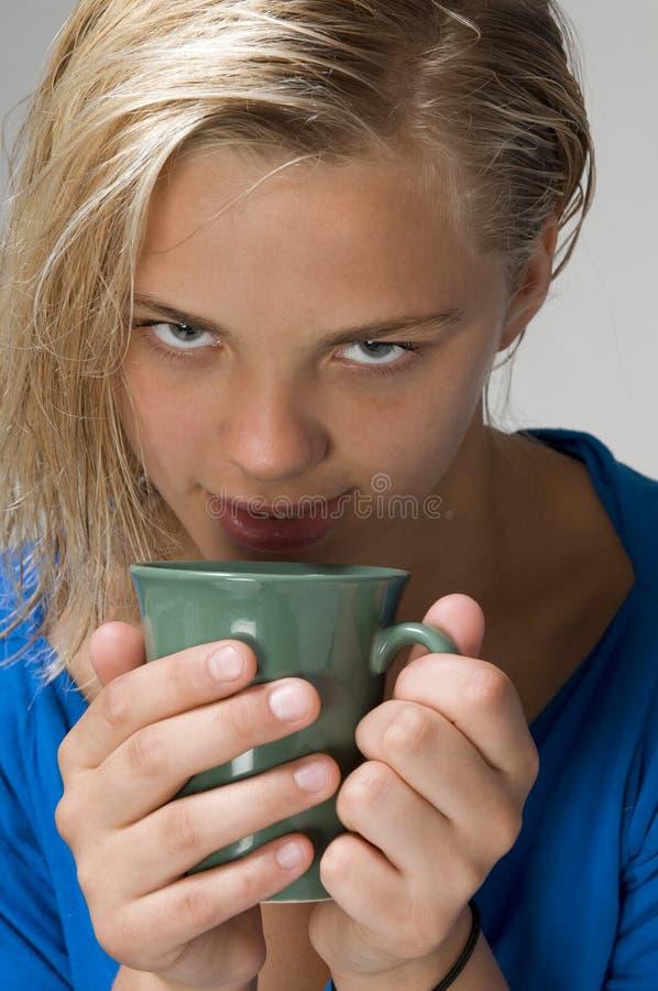 Ragazza con la tazza fotografia stock